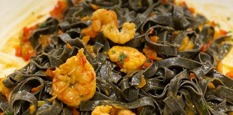 Fettucine nero com camarão à baiana